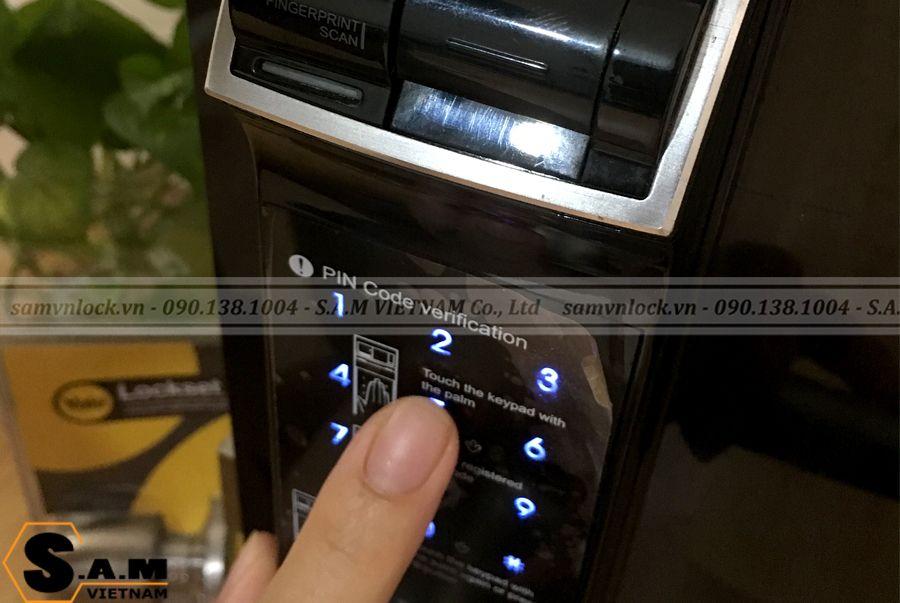 Bàn phím cảm ứng trên YALE YDM 4109+ BLACK loại không bám dấu vân tay. Chức năng mã số ảo chống lộ mật khẩu khi có người đứng cạnh