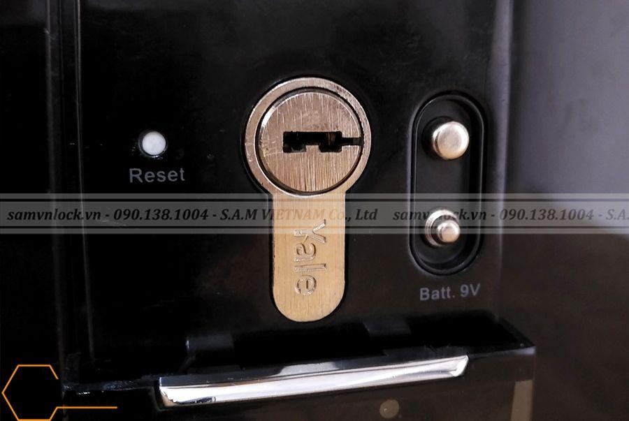 Khóa vân tay YALE YDM 4109+ Black được trang bị chức năng mở cửa bằng chìa khóa cơ cho trường hợp khẩn cấp như không nhận diện được vân tay, quên mã số, khóa hết pin