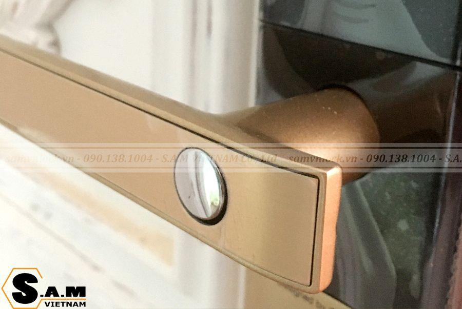 Tay gạt phía trong khóa thẻ từ Yale YDM 3109 plus Gold có nút chốt an toàn